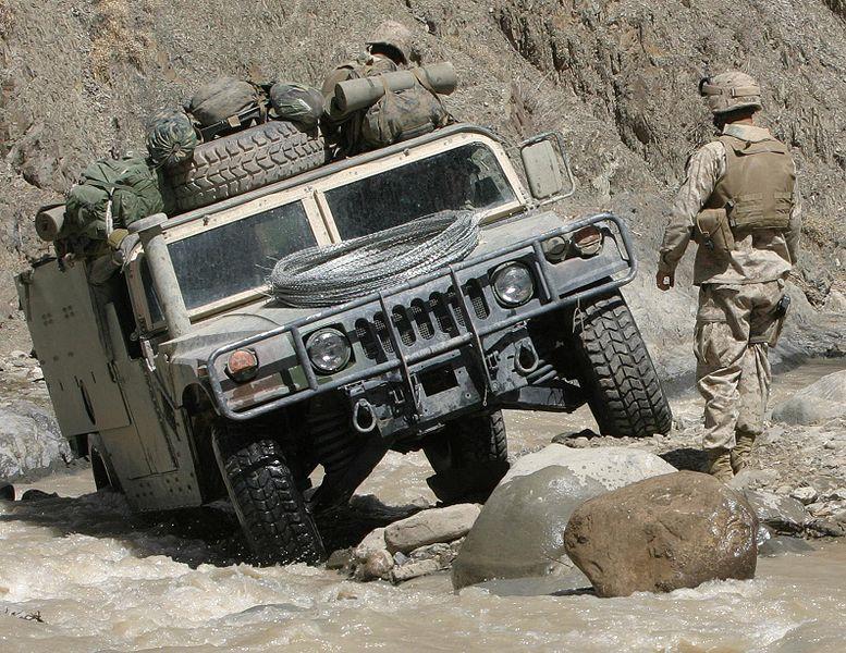 Clique na imagem para uma versão maior  Nome:         777px-Humvee_in_difficult_terrain.jpg Visualizações:117 Tamanho: 146,5 KB ID:      32071