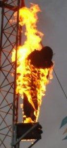 Clique na imagem para uma versão maior  Nome:         pessoa em fogo em torre.jpg Visualizações:381 Tamanho: 13,6 KB ID:      41829